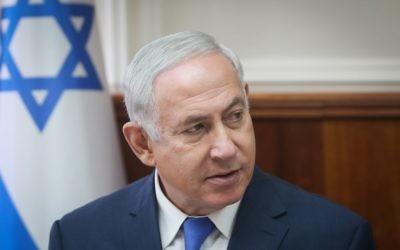Le Premier ministre Benjamin Netanyahu lors de la réunion hebdomadaire de cabinet dans ses bureaux de Jérusalem, le 15 octobre 2017. (Crédit : Alex Kolomoisky/Flash90)