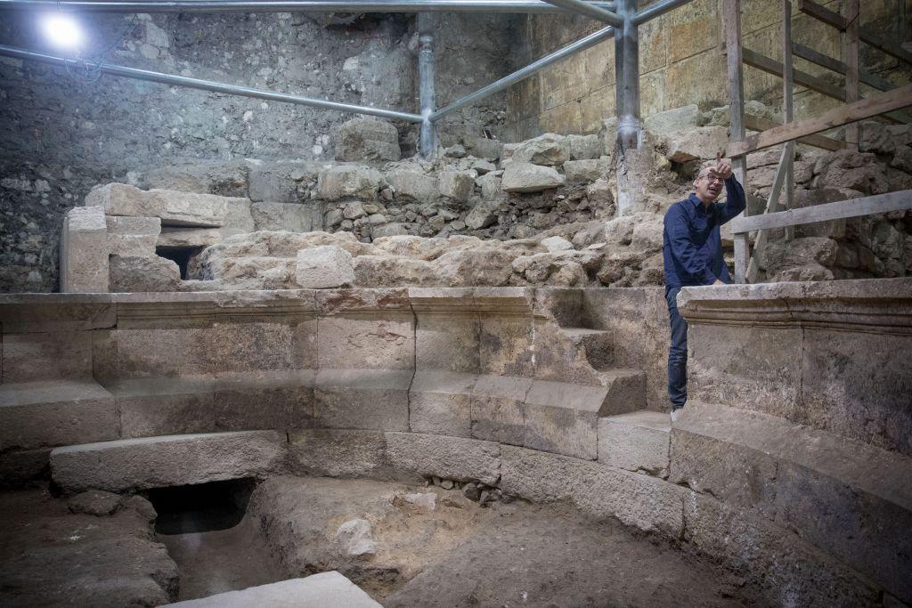 Joe Uziel, archéologue de l'Autorité israélienne des Antiquités, dans un théâtre romain antique adjacent au mur Occidental, dans la Vieille Ville de Jérusalem, le 16 octobre 2017. (Crédit : Yonatan Sindel/Flash90)