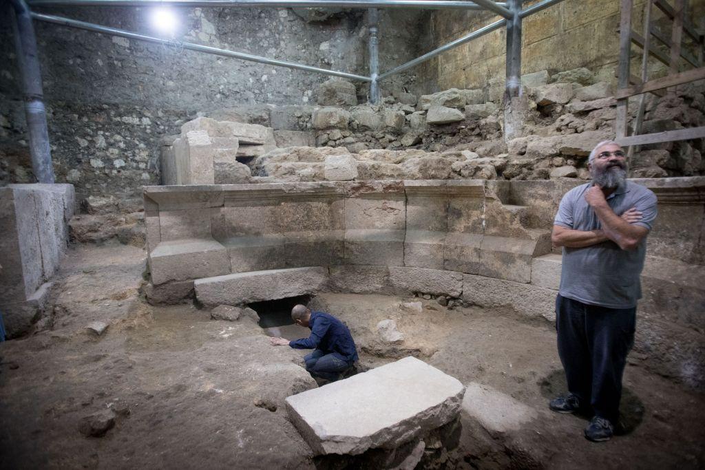 Joe Uziel, à gauche, et Avi Solomon, archéologues de l'Autorité israélienne des Antiquités, dans un théâtre romain antique adjacent au mur Occidental, dans la Vieille Ville de Jérusalem, le 16 octobre 2017. (Crédit : Yonatan Sindel/Flash90)