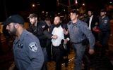 Hommes ultra-orthodoxes et policiers pendant une manifestation contre le service militaire à Jérusalem, le 16 octobre 2017. (Crédit : Yonatan Sindel/Flash90)