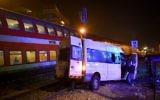 Scène d'une collision entre un van et un train de passagers, sur un passage à niveau de Lod, le 17 octobre 2017. (Crédit : Avi Dishi/Flash90)