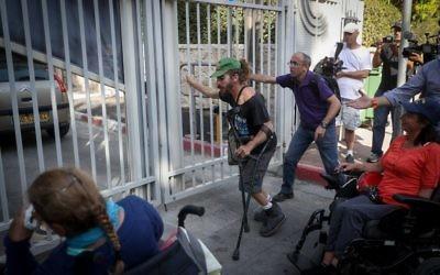 Manifestants handicapés devant la résidence du Premier ministre à Jérusalem, le 17 octobre 2017. (Crédit : Yonatan Sindel/Flash90)