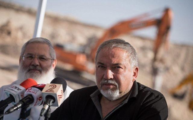 Avigdor Liberman, ministre de la Défense, sur le chantier d'Amichai, nouvelle implantation de Cisjordanie, le 18 octobre 2017. (Crédit : Hadas Parush/Flash90)