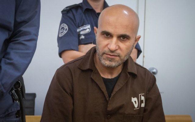 Wissam Zabidat, reconnu coupable d'avoir rejoint l'Etat islamique avec son épouse, au tribunal de première instance de Haïfa, le 19 octobre 2017. (Crédit : Flash90)