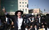 Les juifs ultra-orthodoxes manifestent contre l'arrestation de deux Juifs ultra orthodoxes qui ne se sont pas présentés à une convocation de l'armée, à Jérusalem, le 19 octobre 2017 (Crédit : Yonatan Sindel / Flash90)