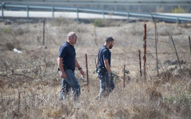 Policiers israéliens en patrouille près de la frontière syrienne, sur le plateau du Golan, après les tirs de cinq projectiles, le 21 octobre 2017. (Crédit : Basel Awidat/Flash90)