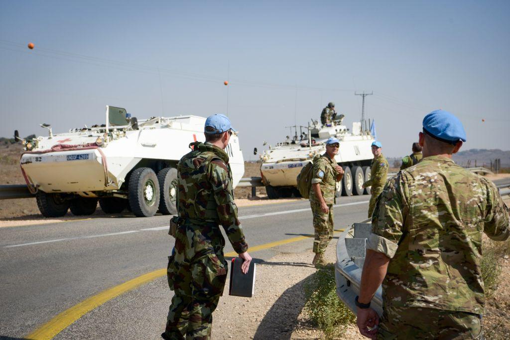 Soldats de l'ONU en patrouille près de la frontière syrienne, sur le plateau du Golan, après les tirs de cinq projectiles en Israël, le 21 octobre 2017. (Crédit : Basel Awidat/Flash90)