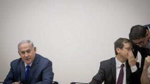 Le Premier ministre Benjamin Netanyahu, à gauche, avec le chef de l'opposition Isaac Herzog pendant la cérémonie organisée pour Yom HaAlyah à la Knesset, le 24 octobre 2017. (Crédit : Yonatan Sindel/Flash90)