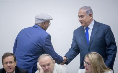 Le Premier ministre Benjamin Netanyahu, à droite, avec le député du Likud Avraham Neguise pendant la cérémonie organisée pour Yom HaAlyah à la Knesset, le 24 octobre 2017. (Crédit : Yonatan Sindel/Flash90)