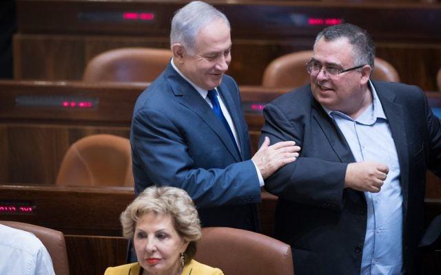 Le Premier ministre Benjamin Netanyahu avec le député David Bitan à la Knesset, le 24 octobre 2017. (Crédit : Yonatan Sindel/Flash90)