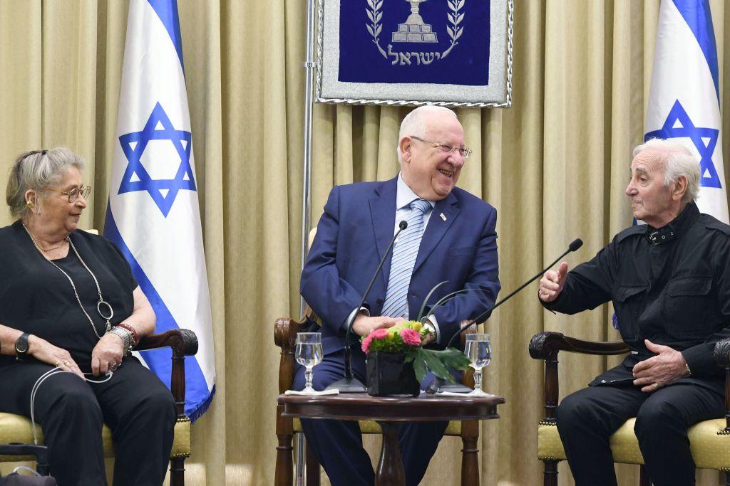 Le président israélien Reuven Rivlin et son épouse accueillent le chanteur arméno-français Charles Aznavour à la résidence du président à Jérusalem le 26 octobre 2017. (Crédit : Mark Neyman / GPO)