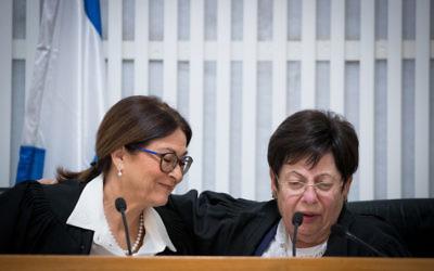 La présidente sortante de la Cour suprême, la juge Miriam Naor, avec la nouvelle présidente de la Cour suprême, Esther Hayut, lors d'une cérémonie en l'honneur de Naor à Jérusalem le 26 octobre 2017 (Crédit : Yonatan Sindel / Flash90)