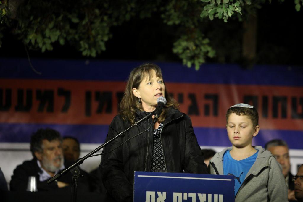 Hadas Mizrachi, à gauche, et son fils Itai, pendant une manifestation du mouvement des implantations devant la résidence du Premier ministre, à Jérusalem, le 29 octobre 2017. (Crédit : Noam Revkin Fenton/Flash90)