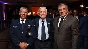 Depuis la gauche : L'ancien chef des forces aériennes israéliennes, le général de division , Amir Eshel, le pilote d'essai de l'armée israélienne Danny Shapira et le directeur-général des amis de Tsahal, le général de division (réserviste) Meir Klifi-Amir prennent la pose pour une photo lors d'un gala à New York le 23 octobre 2017 (Crédit : Shahar Azran/FIDF)