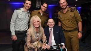 Sheldon et Miriam Adelson posent pour une photo aux côtés de soldats de l'armée israélienne lors d'un gala organisé par les Amis de Tsahal à New York, le 23 octobre 2017 (Crédit : Shahar Azran/Amis de Tsahal)