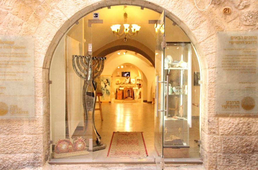 L'extérieur du magasin vendeur de kippas en peaux d'animaux exotiques à Jérusalem (Autorisation : Fifth Quarter via JTA)