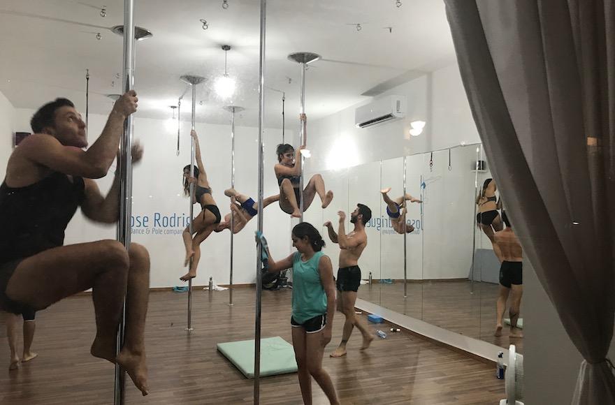 Pole dance au studio de Jose Rodrigues à Tel Aviv, le 15 octobre 2017. (Crédit : Andrew Tobin)