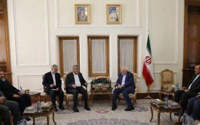 Le ministre iranien des affaires étrangères Javad Zarif, au centre, à droite, avec rencontre de hauts-responsables du Hamas, à Téhéran, le 7 août 2017. (Crédit : capture d'écran)