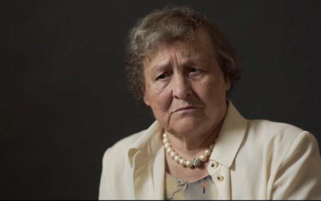 """Natalią Jakoniuk,, témoin des efforts polonais pour sauver des Juifs des nazis, filmée pour le projet """"Héros silencieux"""", en octobre 2017. (Crédit: capture d'écran YouTube)"""