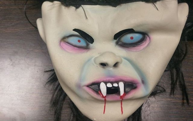 Un masque effrayant appartenant à une femme qui a été placée en détention à Tel Aviv alors qu'elle s'apprêtait à aller faire peur à un ami, le 10 octobre 2017 (Porte-parole de la police)
