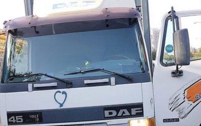 Le camion qui aurait été volé par un Palestinien qui avait l'intention de l'utiliser pour une attaque au camion bélier, le 20 octobre 2017 (Crédit : Police israélienne)