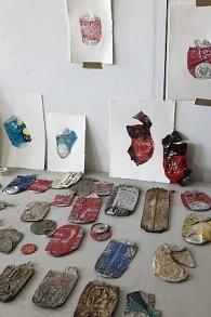 Des objets d'art fabriqués à partir de déchets par l'artiste mexicains Rodrigo Imaz, actuellement en résidence aux studios Art Cube de Talpiot, qui organise un atelier de travail pour les enfants dans le cadre du festival Manofim (Crédit : Jessica Steinberg/Times of Israel)