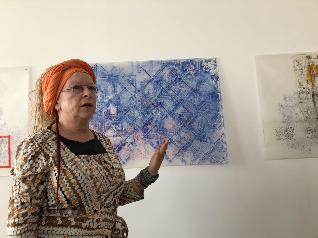 L'artiste Belle Shafir revisite son histoire durant l'Holocauste avec des esquisses sur du papier transparent et grâce aux albums photos de sa famille aux Studios des artistes d'Art Cube (Crédit : Jessica Steinberge/ Times of Israel)