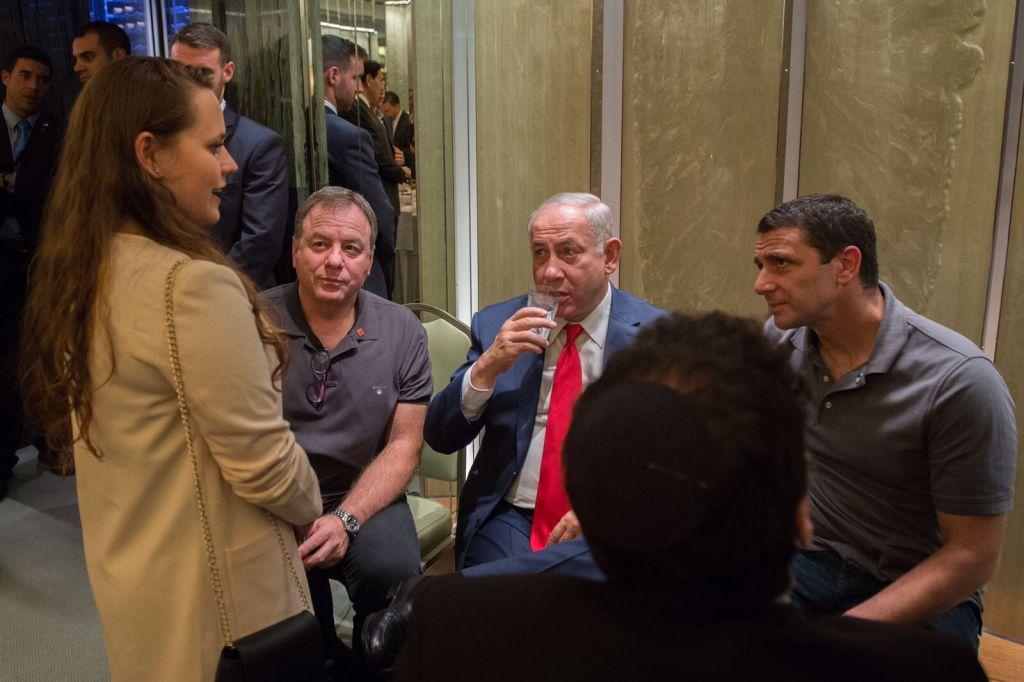 Ofir Dayan, à gauche, avec le Premier ministre Benjamin Netanyahu et ses conseillers à New York, en septembre 2017. (Crédit : Alexi Rosenfeld)