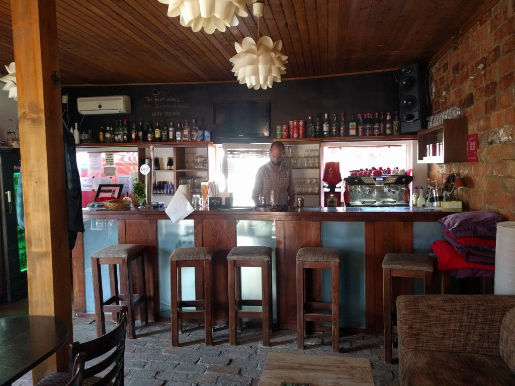 L'intérieur du petit bar de jazz casher d'Oradea. (Crédit : Yaakov Schwartz/Times of Israel)