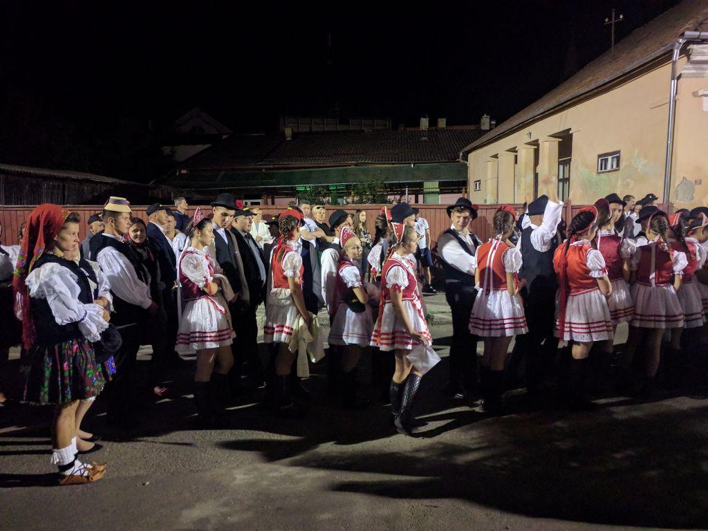 Les habitants de Sighet défilent en l'honneur d'Elie Wiesel le dimanche 10 septembre 2017 (Crédit : Yaakov Schwartz/ Times of Israel)