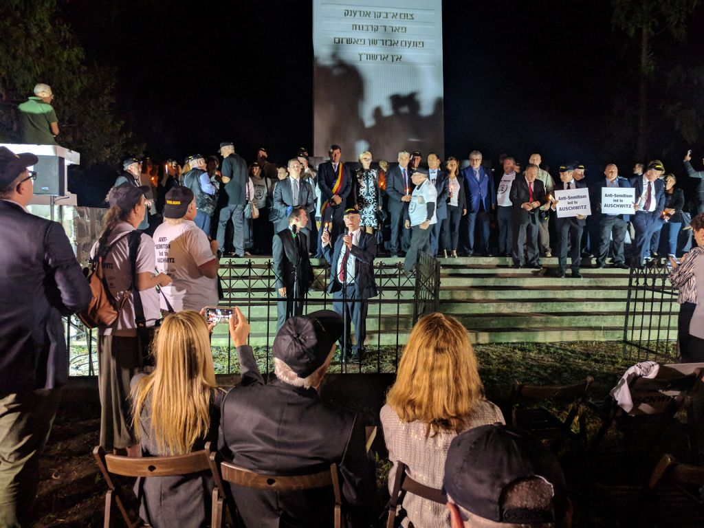 Le fondateur de Limmud FSU Chaim Chessler s'exprime devant le mémorial de l'Holocauste de Sighet, le dimanche 10 septembre 2017 durant la marche pour  Elie Wiesel. (Crédit : Yaakov Schwartz/Times of Israel)