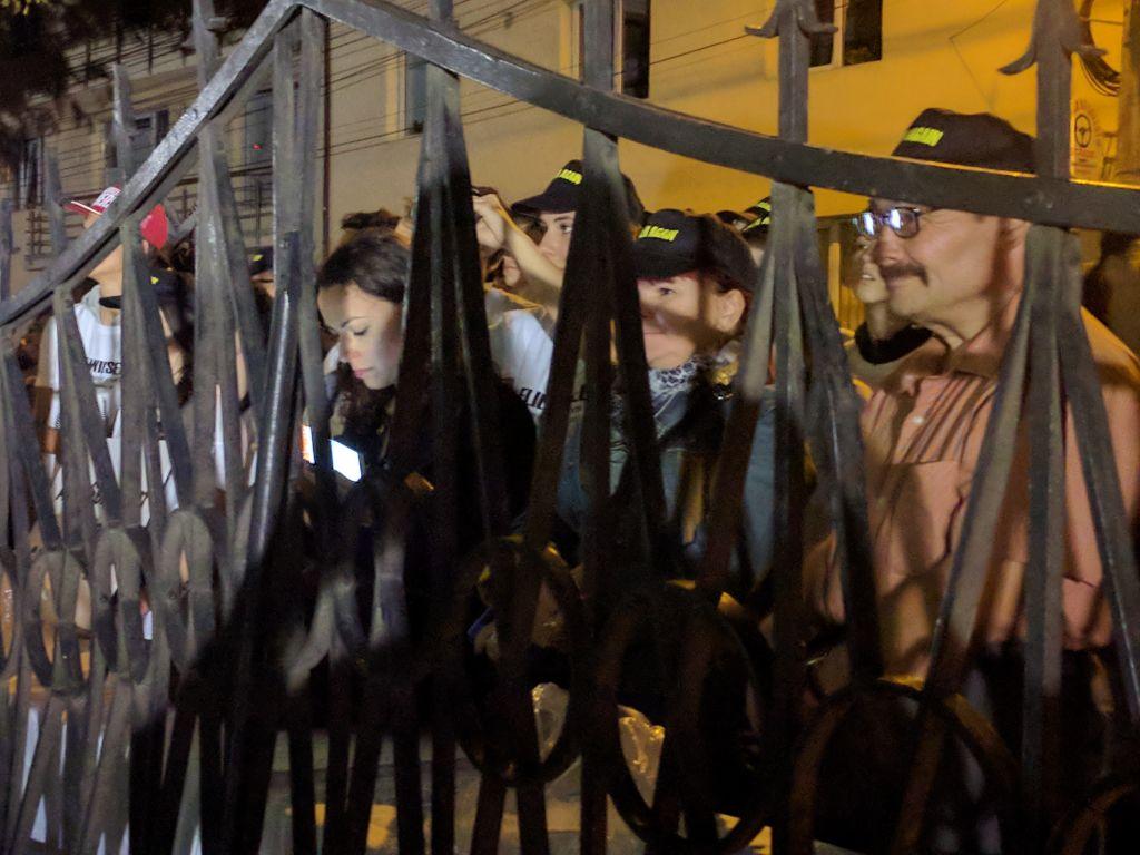 Les habitants regardent la cérémonie à travers la porte du mémorial de l'Holocauste de Sighet le dimanche 10 septembre 2017. (Crédit : Yaakov Schwartz/Times of Israel)