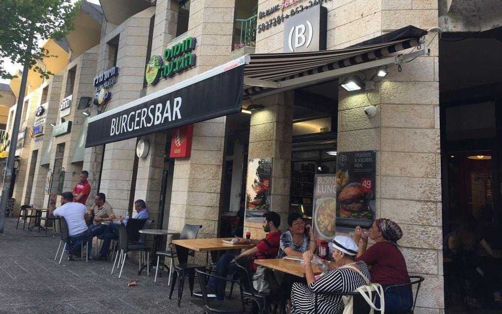 Le petit centre commercial populaire au coeur de la Colline française, où hébréophones et arabes, ainsi qu'un petit groupe de Coréens locaux, font leurs courses (Crédit : Jessica Steinberg/Times of Israel)