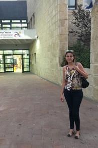 Suzanne Shihadih, une arabe israélienne du nord qui s'est installée avec sa famille dans le quartier majoritairement juif de la Colline française (Crédit : Jessica Steinberg/Times of Israel)