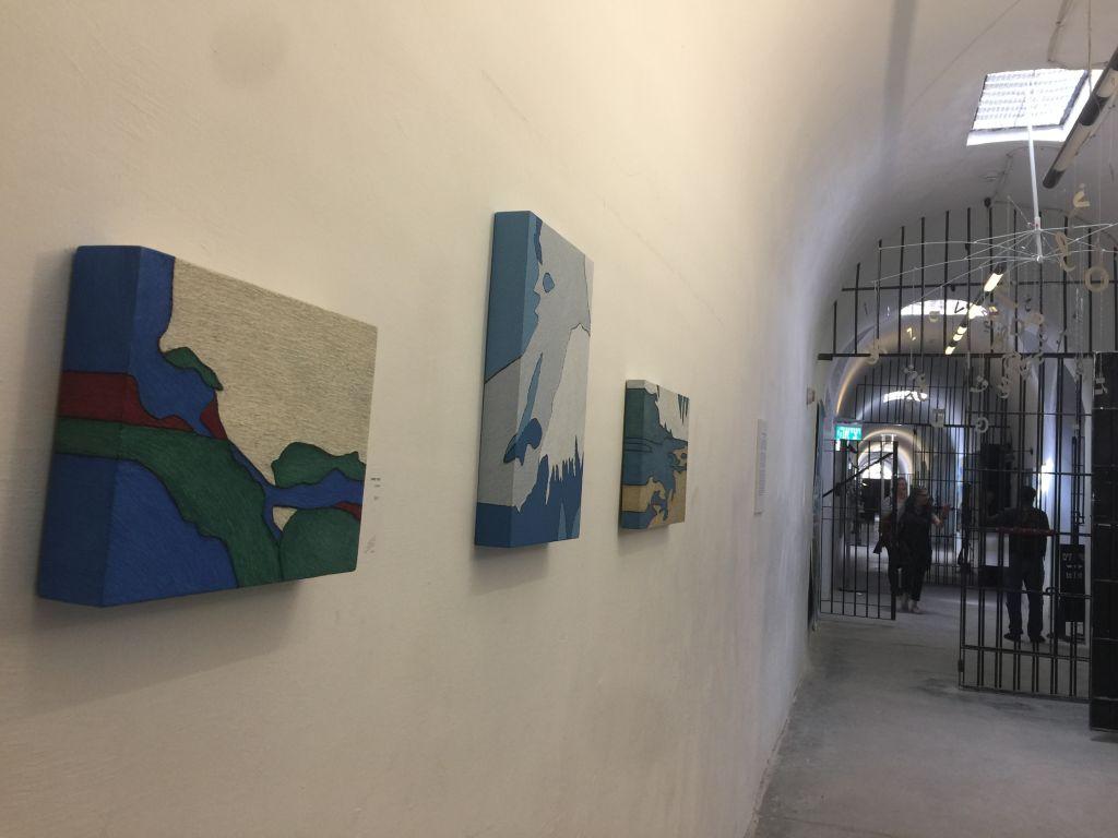 La biennale de Jérusalem, cette année, a défié les artistes qui ont dû chercher les moments qui ont été des tournants dans leurs propres histoires et dans celle du peuple juif. Voilà quelques oeuvres exposées au musée des prisonniers clandestins, l'un des huit lieux où sont présentées ces expositions d'art (Crédit :Jessica Steinberg/Times of Israel)