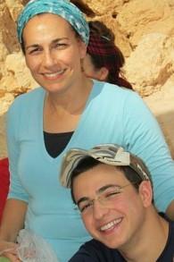 Bat-Galim Shaer et son fils Gil-ad Shaer, qui a été kidnappé et assassiné par des terroristes palestiniens au mois de juin 2014 (Autorisation)