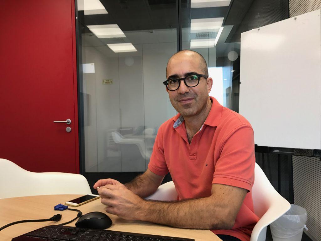 Doron Tal, cofondateur et PDG d'Articoolo, dans l'accélérateur de Citi à Tel Aviv. (Crédit : Shoshanna Solomon/Times of Israël)