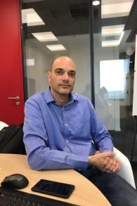 Nir Tenzer, le PDG de NSKnox, dans l'accélérateur de Citi à Tel Aviv. (Crédit : Shoshanna Solomon/Times of Israël)
