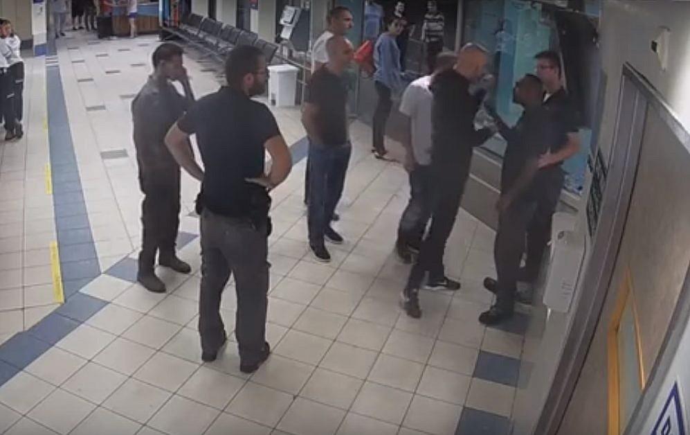 Un groupe d'hommes agresse des gardes de sécurité du service des urgences de l'hôpital Ichilov de Tel Aviv, le 27 septembre 2017. (Crédit : capture d'écran YouTube/Times of Israël)