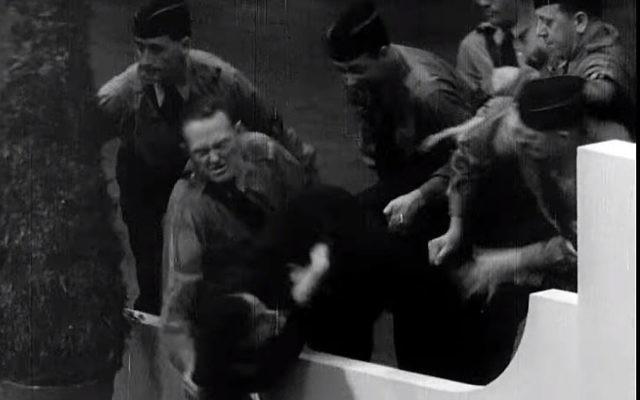 Capture d'écran d'une vidéo montrant des nazis américains attaquant le manifestant juif Isador Greenbaum, au centre, durant un événement organisé par le mouvement German American Bund au Madison Square Garden, au mois de février 1939 (Capture d'écran : YouTube/Field of Vision – A Night at the Garden)