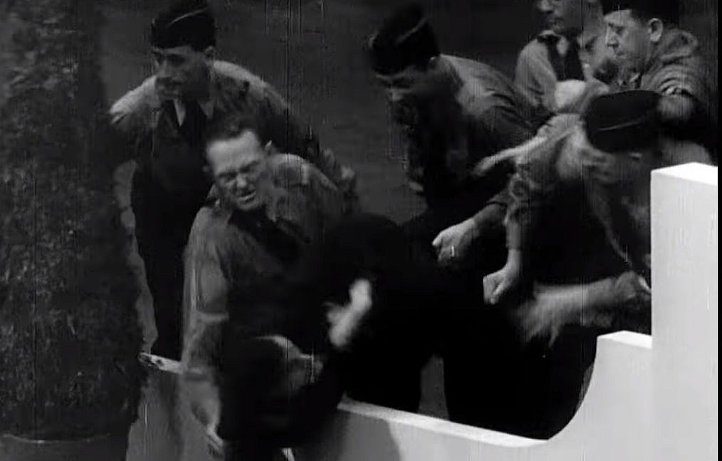 Capture d'écran d'une vidéo montrant des nazis américains attaquant le manifestant juif Isador Greenbaum, au centre, durant un événement organisé par le mouvement German American Bund au Madison Square Garden, au mois de février 1939 (Capture d'écran : YouTube/Field of Vision – A Night at the Garden)