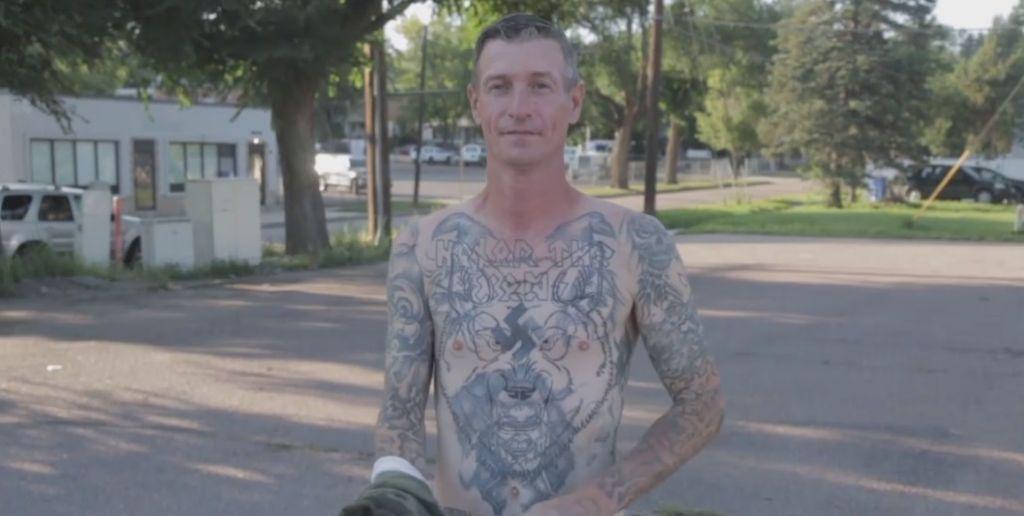 Michael Kent, ancien suprématiste blanc, pendant le processus de recouvrement de ses tatouages nazis, avec l'aide de l'association Redemption Ink, en septembre 2017. (Crédit : capture d'écran YouTube)