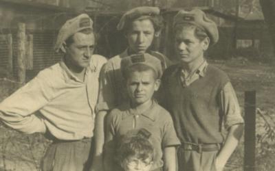 Des enfants posent pour une photo portant des casquettes sur lesquelles il y a écrit  'Exodus 1947' dansd un camp pour personnes déplacées en Allemagne, au mois de septembre 1947 (Crédit : Robert Gary/via JTA)