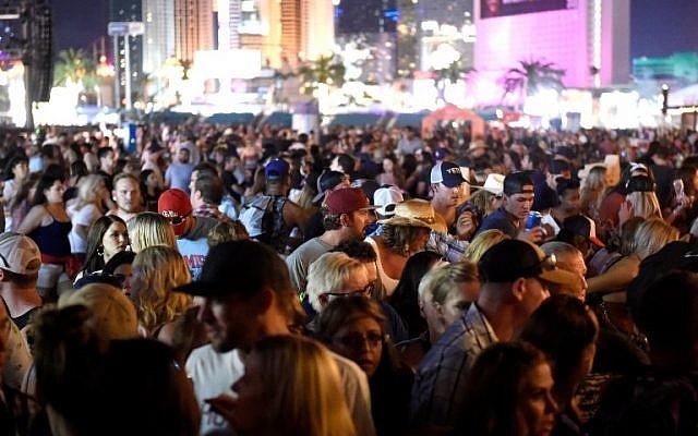 Une foule de personnes au festival Route 1 Harvest après avoir entendu des coups de feu, à Las Vegas, dans le Nevada, le 1 octobre 2017. (Crédit : David Becker/Getty Images/AFP)