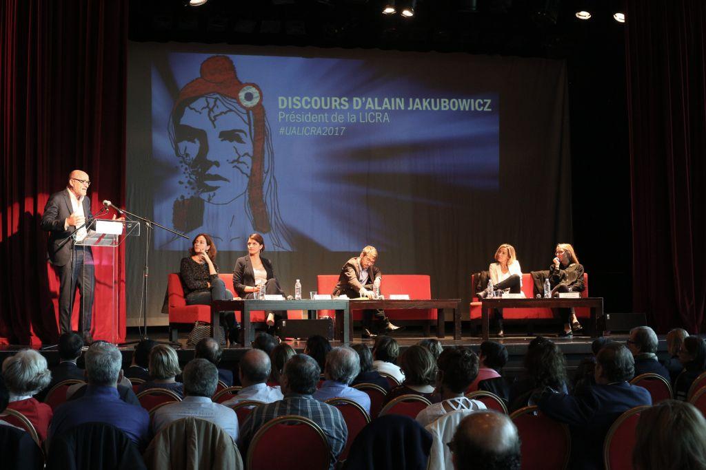 Alain Jakubowicz, président sortant de la LICRA, à la tribune des Universités d'Automne de l'association, au Havre, en octobre 2017. (Crédit : autorisation Le Droit de Vivre - LICRA)