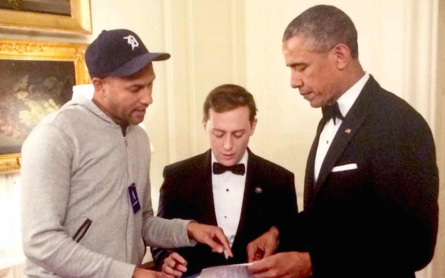 David Litt, au centre, avec le président Obama et l'acteur  Keegan-Michael Key à la Maison Blanche (Autorisation de  Litt/via JTA)