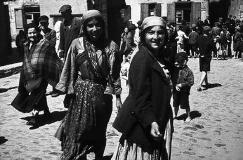 Des femmes roms dans le ghetto de Lublin, en 1941 (Crédit : Domaine public)