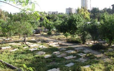 Le cimetière de Mamilla, devant la Vieille Ville de Jérusalem. Illustration. (Crédit : Yoninah/CC BY-SA/WikiCommons)