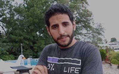 Nuseir Yassin, star de Nas Daily sur Facebook, dans sa vidéo où il critique le Koweït pour son boycott d'Israël, le 1er octobre 2017. (Crédit : capture d'écran Facebook)