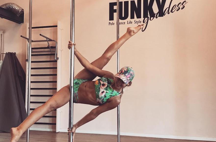 Neta Lee Levy dans son studio de pole dance de Tel Aviv. (Crédit : Neta Lee Levy)